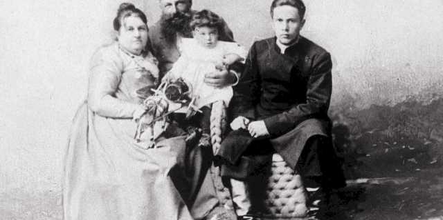 Как «красный граф» Алексей Толстой получил свой титул?