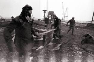 Фото: как солдаты расчищали крышу 4-го энергоблока