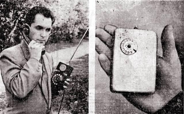 Фото: Леонид Куприянович и его мобильный телефон