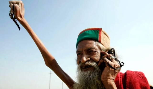 Фото: Махант Амар Бхарти Джи который не опускает руку