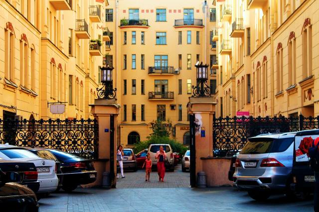 Вход в дом Петербургской купеческой управы, подворотня ведущая в Мистический портал — слева за воротами