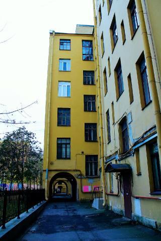Полный вид портала, слева — сквер Маневича