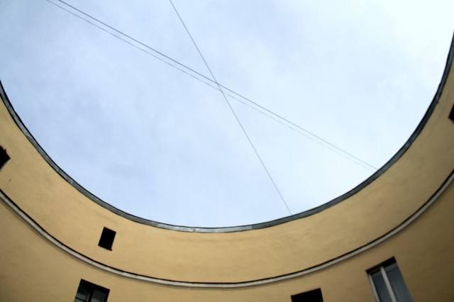 Небо во внутреннем дворе дома-кольцо