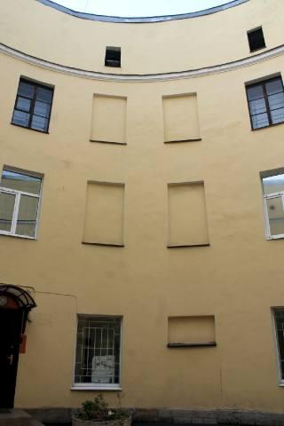 Глухие окна внутренней стены со стороны двора…