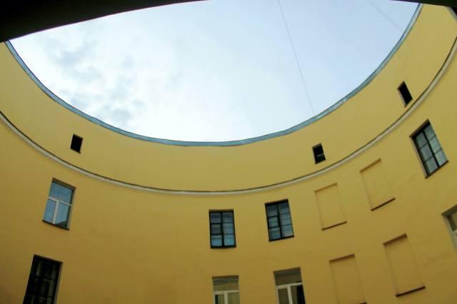 Снизу-вверх — фото из под входной арки доходного дома-кольцо