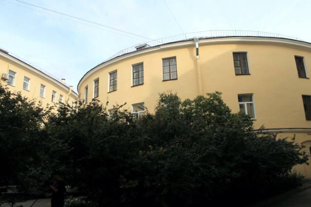 Дом-кольцо — фотография со двора, со стороны садика