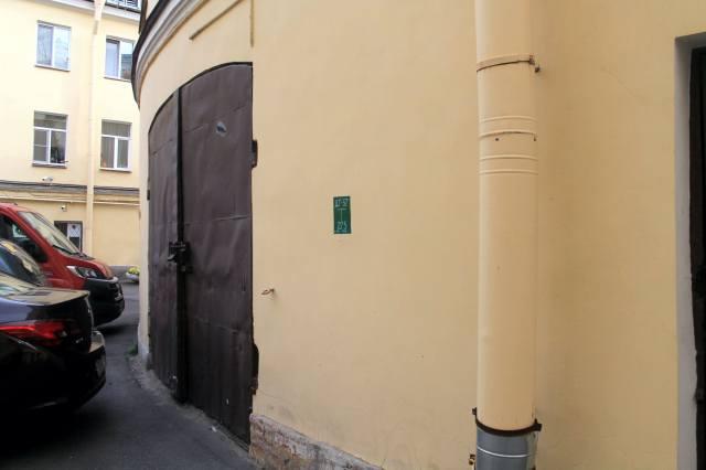 Снимок наружной стены с воротами дровника