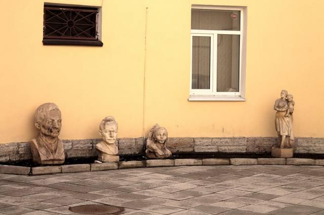Фрагменты статуй во дворе дома