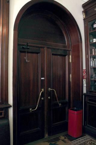 Монументальная дверь — выход из аптеки Пеля