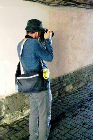 Фотограф в подворотне