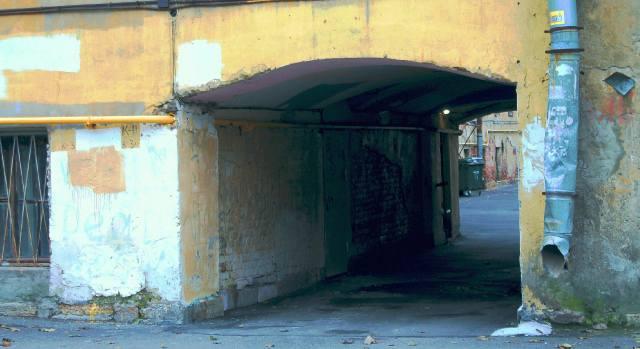 Проходная арка во флигеле петербургского двора