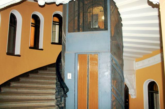 Винтовая лестница вокруг лифта