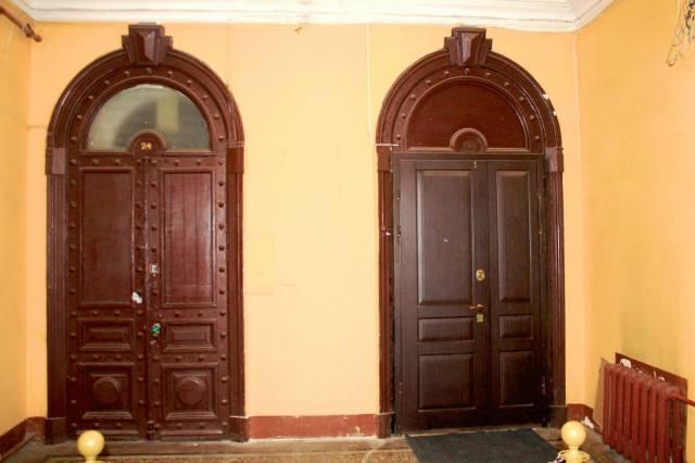 Двери квартир в парадной Ромашка