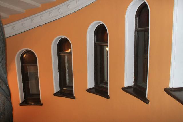 Расположенные по спирали окна подъезда