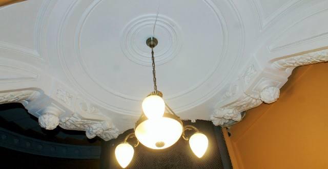 Трёхпалый светильник в подъезде