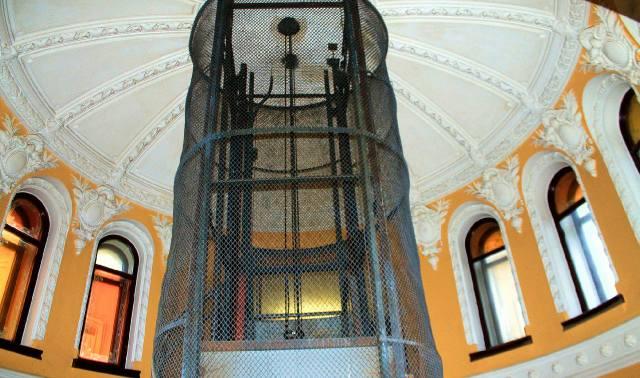 Шахта лифта в парадной Ромашка