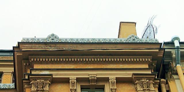 Гребень крыши дома Елисеева