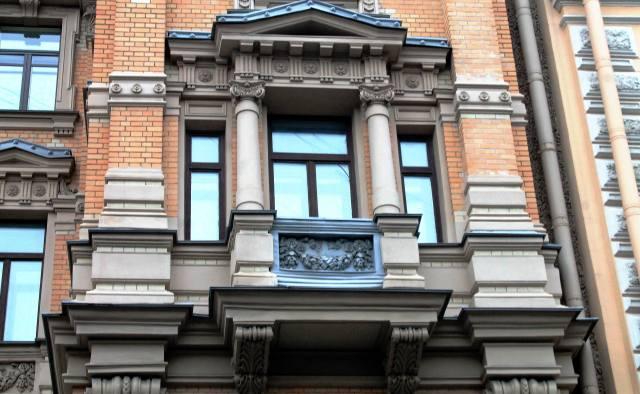 Окна третьего этажа ризалита