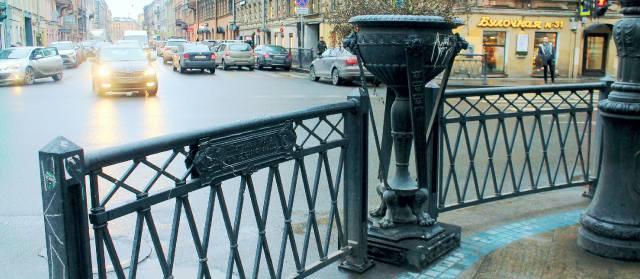 Декоративный вазон и чугунная ограда