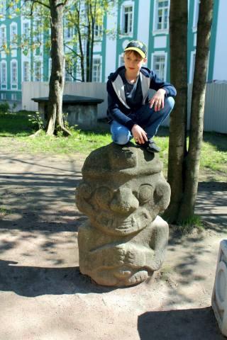 Ребятня фотографируется на статуе