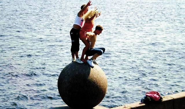 Молодёжь на шаре Стрелки у Невы