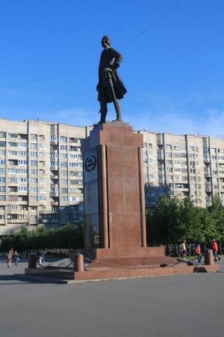 Памятник Петру Великому у гостиницы Прибалтийская
