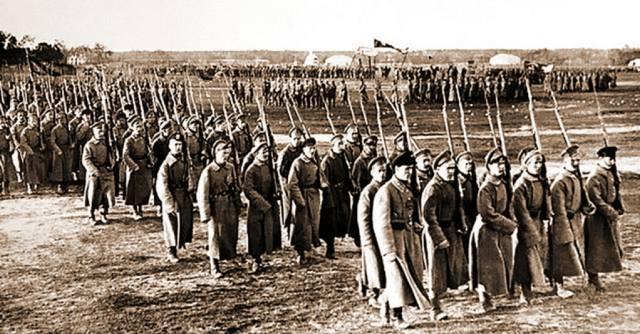 Когда в Москве прошёл первый военный парад?