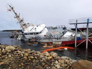 Фото: корабль затонувший у стапелей, интересные факты