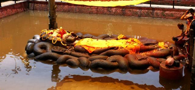 Лежачая статуя Вишну в Буданилкантха