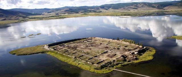 Крепость Пор-Бажын на озере Тере-Холь в Туве