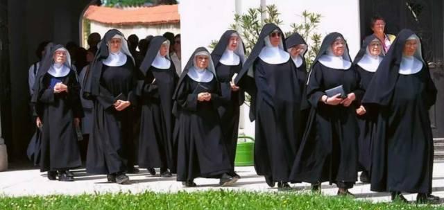Женщины в мужских монастырях